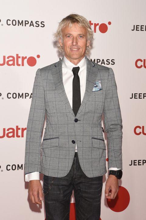 Suit, Clothing, Formal wear, Outerwear, Premiere, Blazer, Hairstyle, Tuxedo, Tie, Carpet,