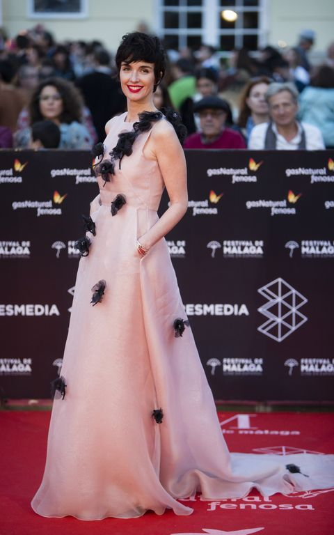 Red carpet, Dress, Carpet, Fashion model, Clothing, Premiere, Shoulder, Gown, Flooring, Hairstyle,