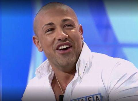 Facial expression, Forehead, Chin, Nose, Cheek, Smile, Spokesperson, Buzz cut, Facial hair, Television presenter,