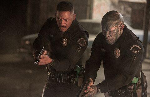 will smith y una bicho apuntan con una pistola en la película bright