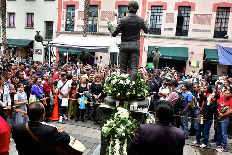 Crowd, Flowerpot, Tradition, Sculpture, Audience, Ceremony, Floristry, Flower Arranging, Houseplant, Town square,