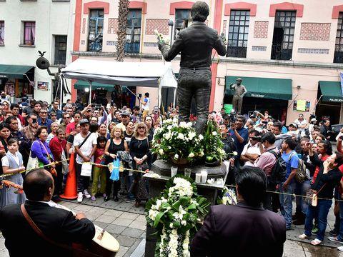 Crowd, Flowerpot, Sculpture, Audience, Flower Arranging, Floristry, Street performance, Tradition, Ceremony, Houseplant,