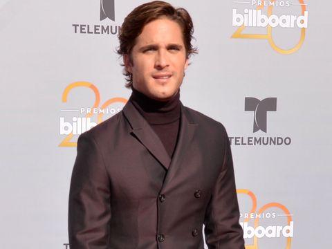 Suit, White-collar worker, Formal wear, Premiere, Facial hair, Tuxedo, Event, Flooring, Long hair, Carpet,