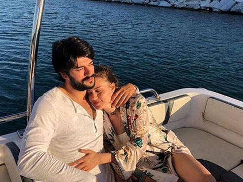 Burak Ozçivit y esposa Fahriye Evcen