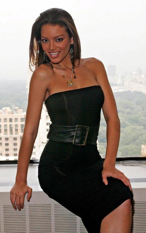 Clothing, Black, Dress, Model, Beauty, Thigh, Leg, Photo shoot, Fashion, Cocktail dress,