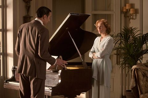 Lighting, Musical instrument, Suit trousers, Musician, Dress, Piano, Pianist, Keyboard, Houseplant, Recital,