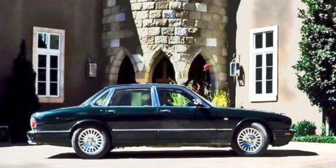 Tire, Wheel, Vehicle, Land vehicle, Automotive parking light, Rim, Car, Spoke, Automotive tire, Full-size car,