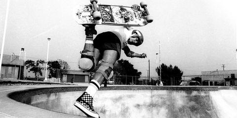 Human leg, Skateboarding, Skateboarder, Boardsport, Street sports, Skateboarding Equipment, Extreme sport, Skateboard deck, Individual sports, Knee,