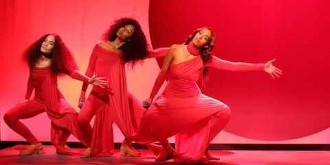 Mouth, Performing arts, Entertainment, Red, Stage, Drama, heater, Magenta, Choreography, Performance art,