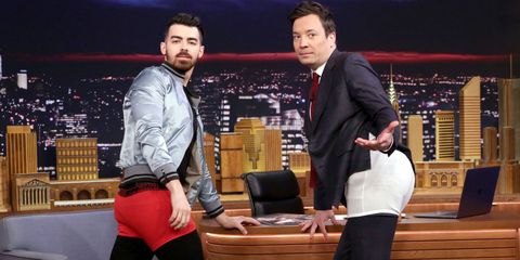 Suit trousers, Conversation, Stage, Television program, Television presenter, Varnish, Scene,