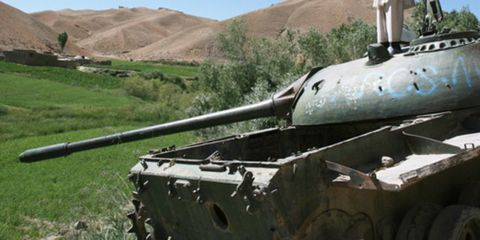 Tank, Combat vehicle, Military vehicle, Self-propelled artillery, Gun turret, Fedora, Military, Sun hat, Armored car, Military camouflage,