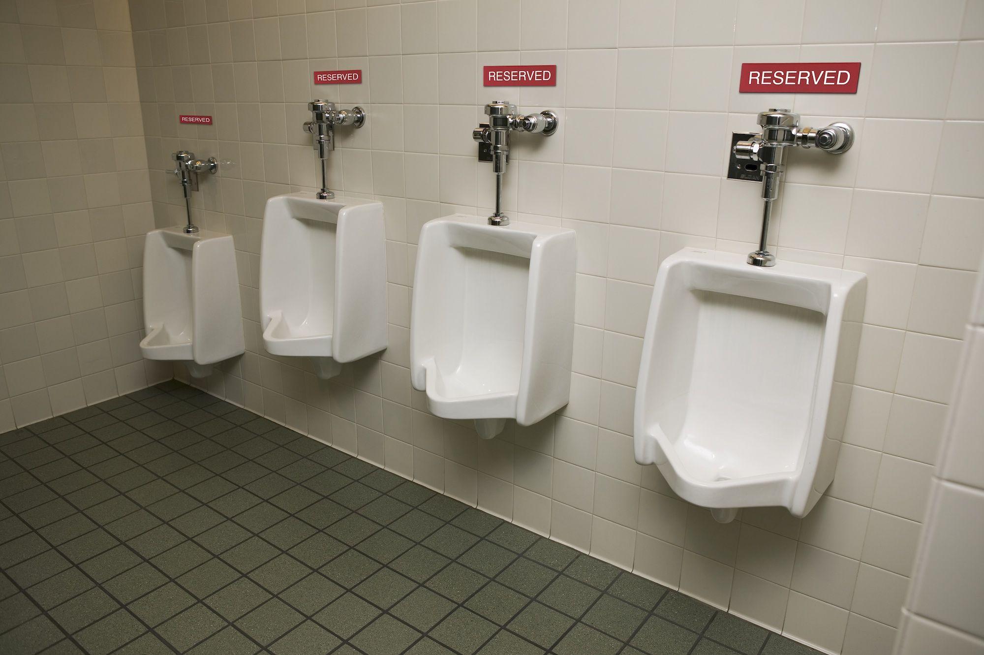 Charmant Should Men Talk At The Urinal?
