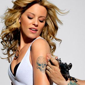 elizabeth banks getting a tattoo