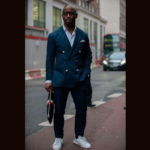 9819d468544 Niet iedereen heeft durft witte sneakers te dragen onder een pak of jasje.  Maar het kan een perfecte manier zijn om een formelere outfit een tikje ...