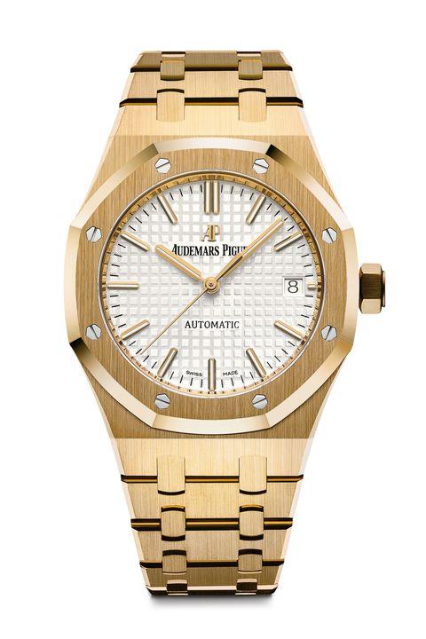"""<p>Is een geelgouden horloge too much? Misschien, maar deze <strong>Royal Oak Selfwinding, </strong>is toch ook gewoon heel cool. De contrasterend zilveren wijzerplaat en het iets verkleinde formaat van 37 millimeter zorgen er in elk geval voor dat dit iconische horloge er beter uitziet dan ooit. <a href=""""http://www.audemarspiguet.com/en/"""" target=""""_blank"""">audemarspiguet.com</a></p>"""