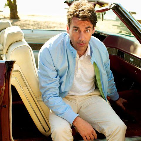 """<p>Wanneer je nog maar één jack in de lente mag dragen dan moet dat natuurlijk een <a href=""""http://www.esquire.nl/stijl-carriere/advice/a3053/harrington-jack/"""" target=""""_blank"""">Harrington</a> zijn. En daarnaast bewijst John Hamm maar weer eens dat pasteltinten ook altijd goed staan wanneer het zonnig weer is.</p>"""