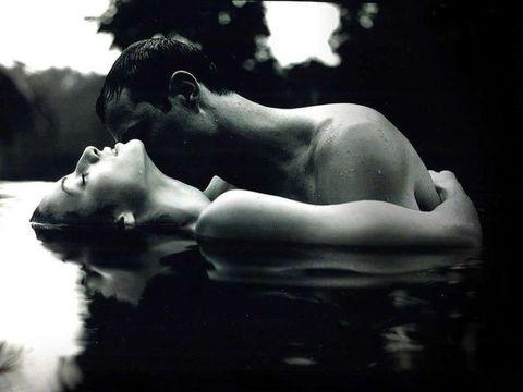 Liquid, Monochrome photography, Interaction, Black hair, Beauty, Black-and-white, Romance, Love, Monochrome, Back,