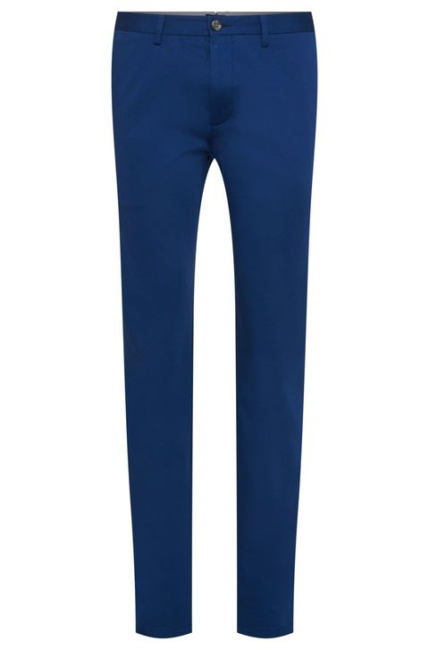 "<p>Een blauwe chino, wit overhemd erin gepropt,donkerbruine leren instappers aan je voeten <em>and your good to go</em>.</p><p><a href=""http://www.hugoboss.com/nl/regular-fit-chino-van-stretchkatoen-%27crigan2-15-w%27/hbeu50278914.html?dwvar_hbeu50278914_color=411_Blue&cgid=21550#prefn1=mpg&prefn2=style&prefv1=Broeken&prefv2=Chino's&sz=96&start=1""></a><em><a href=""http://www.hugoboss.com/nl/regular-fit-chino-van-stretchkatoen-%27crigan2-15-w%27/hbeu50278914.html?dwvar_hbeu50278914_color=411_Blue&cgid=21550#prefn1=mpg&prefn2=style&prefv1=Broeken&prefv2=Chino's&sz=96&start=1"" target=""_blank"">Hugo Boss, € 129,95</a></em></p>"