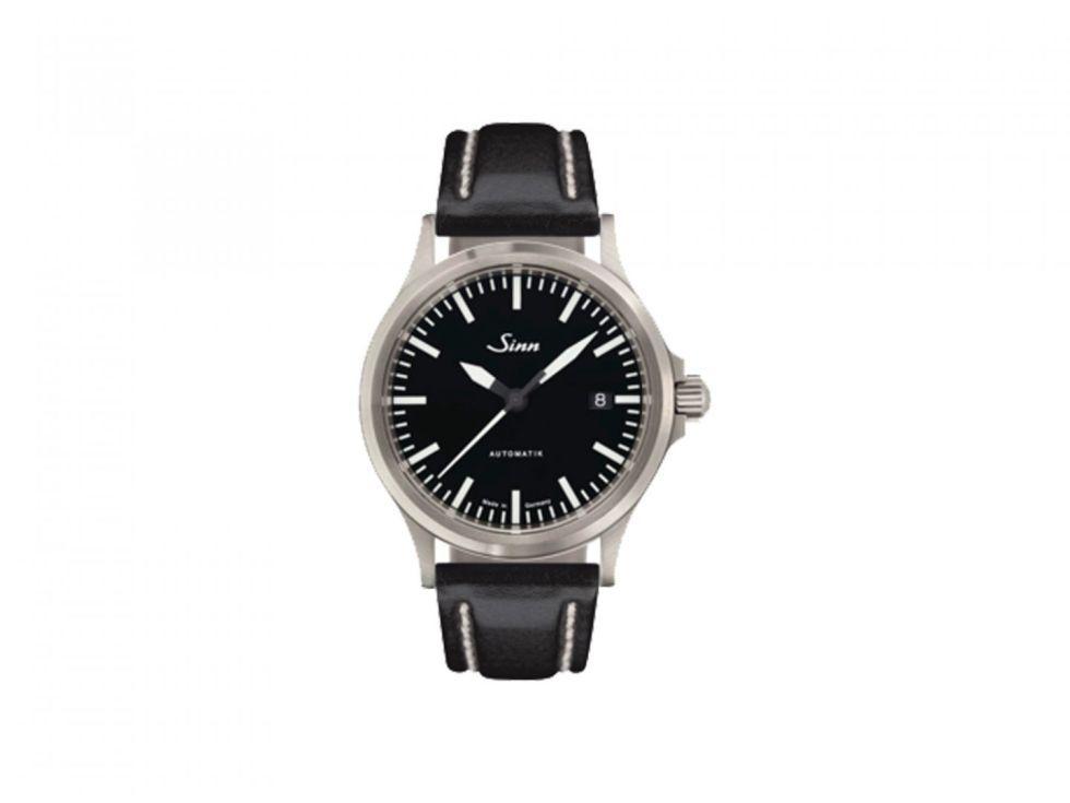 """<p>Is er iets wat de Duiters niet kunnen? Geen idee eigenlijk. Dit minimalistische model uit Frankfurt is gedreven door een Zwiters uurwerk van ETA, en combineert en combineert stijl met kwaliteit. <br>Een horloge dat altijd lof krijgt. We zijn fan van de verf die gebruikt word op de nummers en de doorzichtige achterkant.</p><p>€ 790 <a class=""""body-el-link standard-body-el-link"""" href=""""https://www.sinn.de/en/Modell/556_I.htm"""" target=""""_blank"""">Sinn.de</a></p>"""