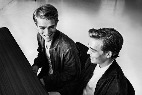 <p><strong>Concurrentie</strong><br><em>Lucas:</em> 'Er is gezonde concurrentie, we kijken naar elkaar op en inspireren elkaar. Als Arthur vijf uur heeft gestudeerd en ik drie, dan weet ik dat ik twee uur minder gestudeerd heb, dat wil ik niet op mijn geweten hebben. Als je alleen bent, moet je jezelf disciplineren. Wij hebben elkaar.' <br><em>Arthur:</em> 'Soms heb ik meer concerten, soms Lucas. Ik kan dan rustig aan doen, maar als ik zie dat hij geweldig speelt en hard werkt, motiveert mij dat om ook hard te studeren.'</p>    <p><br></p><p><strong>'Beter dan Mozart'<br></strong><em>A:</em> 'Die quote is uit de context gehaald door de media, dat is jammer. Je bent pas goed als mensen tien jaar na je dood nog naar jouw muziek luisteren.'</p>    <p><br></p><p><strong>Wat moet beter<br></strong><em>L:</em> 'Dubbel in tennis; aan het net zijn we nog niet zo goed.' <br><em>A: </em>'Alles moet perfect zijn. We zijn geen kinderen meer, dus we kunnen ons geen fouten veroorloven.'</p>    <p><br></p><p><strong>Binnen nu en vijf jaar<br></strong><em>A:</em> 'Toch wel op de cover van <i>Esquire</i>.' <br><em>L:</em> 'Ha, ja, dat ten eerste. Daarnaast hopen we ooit in Carnegie Hall met het New York Philharmonic te spelen.' </p>    <p><br></p><p><strong>Ritueel</strong><br><em>L:</em> 'Doen we niet aan. Toen ik klein was, kreeg ik een keer een groene gelukskikker. Mijn moeder heeft dat ding meteen weggegooid. Ze wilde niet dat we ons in dat opzicht aan dingen zouden gaan hechten en daar heeft ze helemaal gelijk in. We moeten op ieder moment van de dag kunnen spelen, met of zonder groene kikker.' </p>