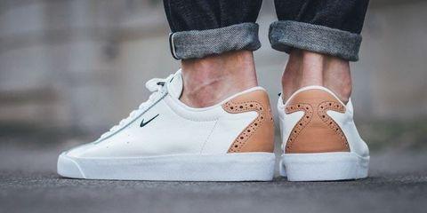 02eb1e30b19 Nike lanceerde onlangs de perfecte schoen voor de man die twijfelt of-ie  voor een sneaker moet gaan of toch een nette schoen. Hun nieuwste aanwinst  is ...