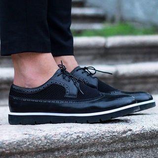 a94fd8de660 De Amsterdam Shoe Company streeft ernaar om producten te maken die trouw  blijven aan hun essentie. Ze halen inspiratie uit de pijlers van mannen  schoenen, ...