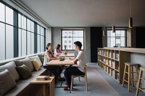 Gloednieuw kantoor van Airbnb in Tokyo voelt aan als een woonkamer