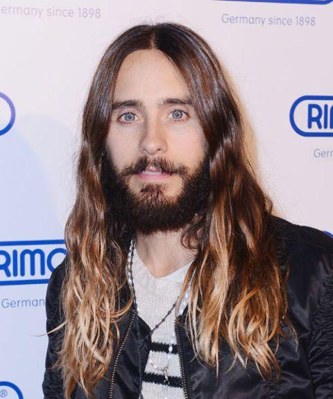 <p>Ook bekend als de Jezus, de jaren 60 hippie of de Ronnie van Zant, deze look is alleen goed als ook de juiste <em>vibe </em>te pakken hebt. Je moet een klassieke auto hebben, weten hoe je moet surfen en in ieder geval één nummer van Led Zeppelin op de gitaar kunnen spelen. De baard is optioneel, ook al ziet het er wel veel beter uit als je beide hebt. </p>