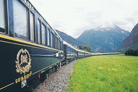 <p>De originele Orient Express vertrok voor het eerst in 1883 van Parijs naar Istanboel. Tegenwoordig is de Venice Simplon nog altijd één van de meest luxueuze reisopties, maar het neemt een andere route.&nbsp;</p><p>Inmiddels gaat-ie van Londen naar Venetië via Frankrijk, Zwitserland en de Oostenrijkse Alpen.&nbsp;</p>