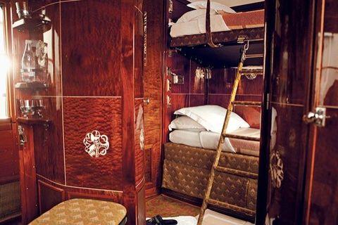 <p>De gerestaureerde Art Deco-coaches van de trein laten de spectaculaire vakwerk van die tijd zien. De Franse kunstenaar René Prou ontwierp de wagons met zes slaapplekken. Elke daarvan is ingelegd met een&nbsp;marqueterie ontwerp.&nbsp;</p>