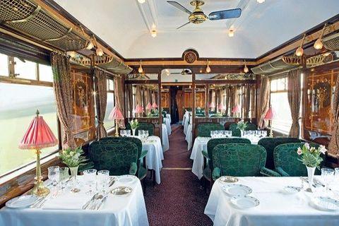 <p>De eetkabine van de trein laat de gouden eeuw aan Europees reizen zien, namelijk de jaren 20 en 30. Met uitbundige tafelversiering en het beste aan kristallen en porseleinen servies.&nbsp;</p>