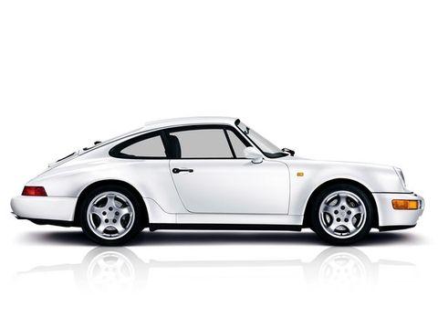 """<p><span>1988-1994: De&nbsp;964. Eind jaren 80 was geen goede tijd voor Porsche. Het ging namelijk niet goed met de Duitse economie, maar het bedrijf kreeg ook grote concurrentie van auto's zoals de Acura NSX. Daarom werd de 911 vernieuwd en werd het een vierwielaandrijving, kreeg-ie stuurbekrachtiging, ABS en een achterspoiler.&nbsp;</span></p><figure><ul><li><a class=""""fb clearfix no-underline no-outline"""" tabindex=""""-1""""></a></li></ul></figure>"""