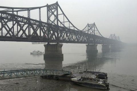 <p>De 'China-Noord-Korea Vriendschapsbrug' zorgt ervoor dat je van het ene land naar het andere kunt gaan. </p>