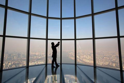 <p>Ook heeft de Lotte World Tower 's werelds hoogste glazen vloer en zwembad.</p>