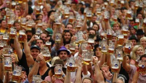 Beer, Alcohol, Drinkware, Barware, Alcoholic beverage, Beer glass, Drink, Celebrating, Tableware, Crowd,