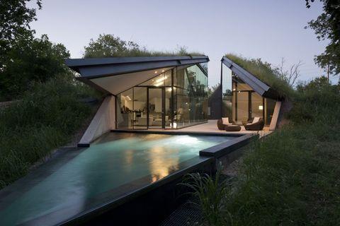 """<p>Het Edgeland House is een uniek driehoekvormig huis ontworpen door Bercy Chen Studio. Het huis is in de aarde gebouwd en bedekt met een dikke laag graszode. </p><p>Het huis beschikt ook over een <em data-redactor-tag=""""em"""" data-verified=""""redactor"""">smart pool</em>, die extra thermische massa biedt die aansluit bij het geothermische verwarmings- en koelsysteem.</p>"""