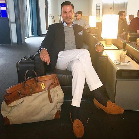 """<p>Tenzij je een maand op reis gaat heb je in de zomer waarschijnlijk niet zoveel kleding nodig. Zorg er voor dat je een goede en stijlvolle weekendtas hebt en gebruik die tot-ie uit elkaar valt. Wordt de tas alleen maar stijlvoller van. Je kunt ook proberen om drank mee te nemen voor onderweg. <a href=""""http://www.esquire.nl/de-thuisdrinker/news/a6956/wijntas/"""" target=""""_blank"""" data-tracking-id=""""recirc-text-link"""">Bijvoorbeeld met deze tas</a>.</p>"""