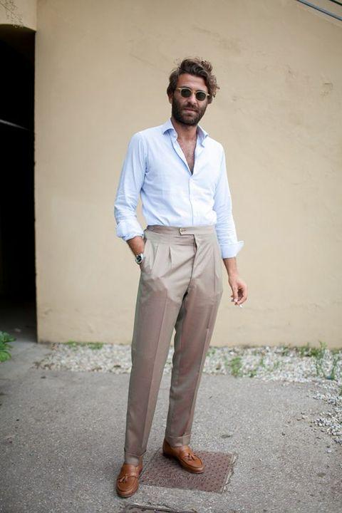 """<p>Het is zomer, dus al die zware accessoires kun je met gemak weglaten. Draag je broek zonder riem, minimaliseer je sieraden, houd je outfit simpel. Zo zie je er gelijk uit als een zomerse <em data-redactor-tag=""""em"""" data-verified=""""redactor"""">laid-back</em> dandy. Over accessoires gesproken... <a href=""""http://www.esquire.nl/stijl-carriere/news/a1750/stijltip-dos-donts-met-je-accessoires/"""" target=""""_blank"""" data-tracking-id=""""recirc-text-link"""">Hier wat tips</a>.</p>"""