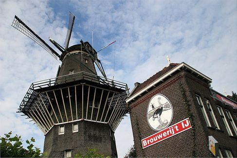 """<p>Bevind je je ten Oosten van het centraal station dan hoort een IJ erbij (excuus, die moet even<span class=""""redactor-invisible-space"""" data-verified=""""redactor"""" data-redactor-tag=""""span"""" data-redactor-class=""""redactor-invisible-space"""">), de Amsterdammers weten de molen al jaren te vinden. Toeristen wat minder goed, mocht je die willen vermijden.</span></p><p><span class=""""redactor-invisible-space"""" data-verified=""""redactor"""" data-redactor-tag=""""span"""" data-redactor-class=""""redactor-invisible-space""""></span>Als je niet 1-2-3 richting de hoofdstad kan, dan is hunwit bier (IJwit) en IPA ook gewoon in vrijwel elke supermarkt teverkrijgen.</p><p><a href=""""http://www.brouwerijhetij.nl/"""" target=""""_blank"""" data-tracking-id=""""recirc-text-link"""">Brouwerij 't IJ</a>, Funenkade 7</p><p><span class=""""redactor-invisible-space"""" data-verified=""""redactor"""" data-redactor-tag=""""span"""" data-redactor-class=""""redactor-invisible-space""""></span></p>"""