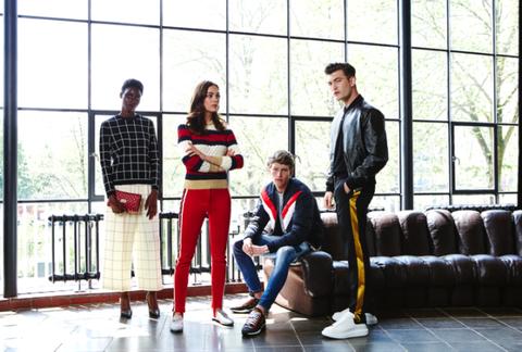 Leg, Trousers, Textile, Outerwear, Coat, Street fashion, Conversation, Daylighting, Design, Fashion design,