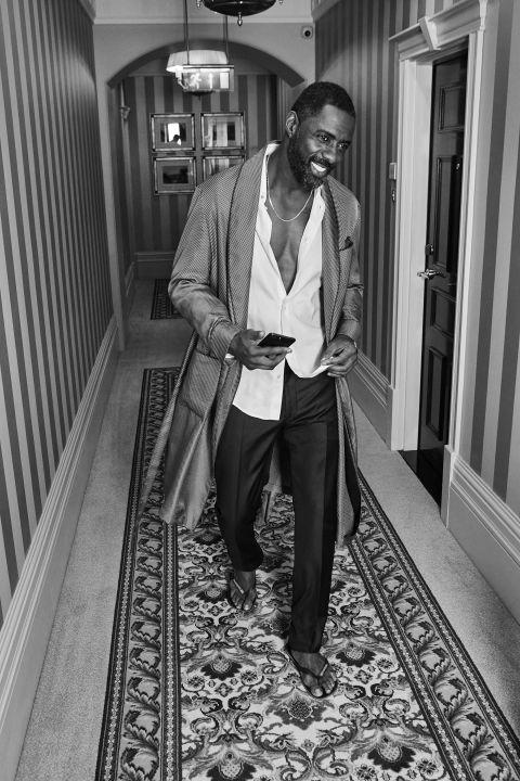 """<p>Zelfs als je in een badjas met ongekende swag door je huis loopt, kun je je nog een beetje bekommeren om hoe je eruit ziet. Hier draagt Idris een geweldige broek met nonchalant shirt met een stel sandalen. Nonchalant? Zeker. Maar met gepaste interesse.</p><p><em data-redactor-tag=""""em"""" data-verified=""""redactor"""">Badjas van&nbsp;Paul Stuart; shirt en broek van&nbsp;Louis Vuitton; sandalen&nbsp;van&nbsp;Havaianas</em><span class=""""redactor-invisible-space"""" data-verified=""""redactor"""" data-redactor-tag=""""span"""" data-redactor-class=""""redactor-invisible-space""""></span></p>"""