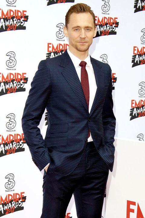 <p>De laatste tijd is Hiddleston steeds vaker te zien in pakken met een smal patroon. Deze keer koos de acteur voor smalle stippen, wat net even die kleine twist aan zijn&nbsp;marineblauwe pak geeft die het nodig heeft.</p>
