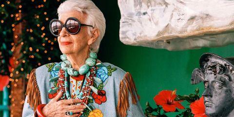 """<p>Iris Apfel heeft nooit geprobeerd om het stijlicoon te worden dat ze vandaag de dag is. Een vrouw zonder grenzen, met een enorme collectie aan <em data-redactor-tag=""""em"""" data-verified=""""redactor"""">couture costume</em> juwelen. Zij en haar ronde brillen vormen het middelpunt van deze schitterende documentaire van Albert Maysles.</p>"""