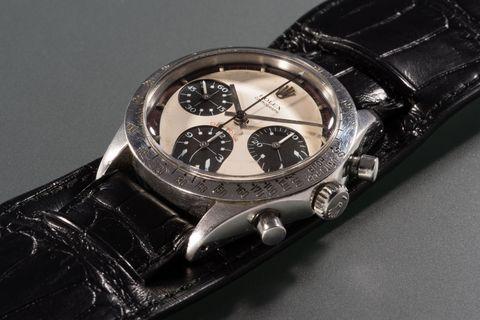"""<p>In juni 2017 besloot een man genaamd James Cox een horloge te verkopen. Het was een Rolex Daytona,&nbsp;een van de meest beroemdste horloges ter wereld - maar deze was zelfs nog specialer.&nbsp;</p><p>Op de achterkant van de kast stond in drie regels gegraveerd: """"Drive Carefully Me."""" Toen Cox nog jong was en een relatie had met de dochter van Paul Newman, deed de acteur zijn horloge af en gaf het aan hem.&nbsp;</p><p>""""Hier,"""" <a href=""""https://www.hodinkee.com/articles/paul-newmans-paul-newman-daytona-rolex"""" target=""""_blank"""" data-tracking-id=""""recirc-text-link"""">zei Newman</a>, """"hier is een horloge. Als je hem opwindt, dan kun je de tijd zien."""" Het horloge raakte voor tientallen jaren verloren, totdat hij eerder dit jaar weer opdook, en <a href=""""https://www.forbes.com/forbes/welcome/?toURL=https://www.forbes.com/sites/elizabethdoerr/2017/06/01/paul-newmans-own-paul-newman-rolex-daytona-ref-6239-to-go-under-the-hammer-in-nyc-in-october-2017/&amp;refURL=http://rams.esquire.nl/m.php?t=images_groups&amp;edit&amp;group_id=1208&amp;referrer=http://rams.esquire.nl/m.php?t=images_groups&amp;edit&amp;group_id=1208#31c6d662990b"""" target=""""_blank"""" data-tracking-id=""""recirc-text-link"""">op 26 oktober wordt hij geveild</a>.&nbsp;</p><p>De officiële&nbsp;catalogus schat hem op 1 miljoen dollar - een best klein prijsje als je kijkt naar andere Daytonas. En al helemaal voor de beroemdste Rolex op aarde.&nbsp;</p>"""