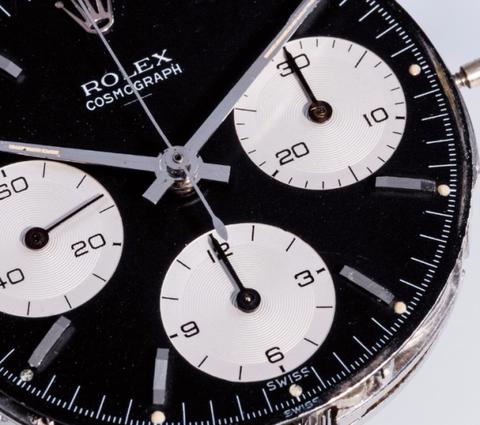 """<p>""""De originele Daytona heeft als bijnaam de """"Double Swiss Underline."""" En het is een icoon: hij werd geïntroduceerd in 1963 met een Rolex 72B uurwerk, volledig met alle details die Rolex nerds graag wikken en wegen.&nbsp;</p><p>Het woord 'Swiss' staat twee keer onderaan de wijzerplaat onder de woorden """"Rolex Cosmograph"""". Vandaar de bijnaam. Pas in 1964 kreeg de Daytona zijn naam (wist je Rolex hem bijna de Le Mans noemde?), waardoor deze vroege eerstejaars heel erg zeldzaam zijn.""""</p>"""