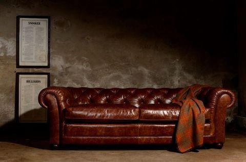 we zeggen het voorzichtig de bruin leren chesterfield uit engeland is het mannelijkste meubelstuk dat je in je interieur kunt hebben