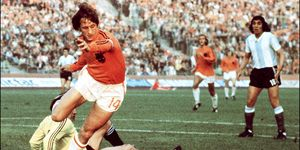 Johan Cryuff rounding the Argentinian keeper