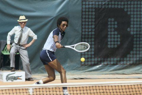 Sports equipment, Lip, Daytime, Sport venue, Tennis racket, Racketlon, Soft tennis, Racket, Human leg, Hat,