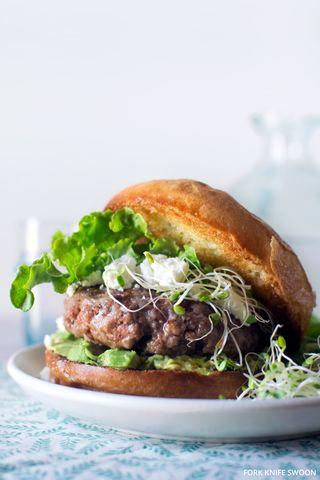 Hamburger d'agneau avocat chèvre fromage