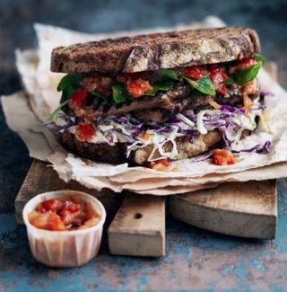 Sandwich au bifteck salade de chou et relish de tomates